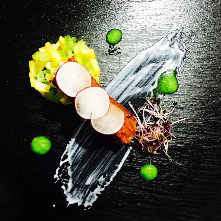 Cannolo croccante, branzino, insalata di pesche e sedano