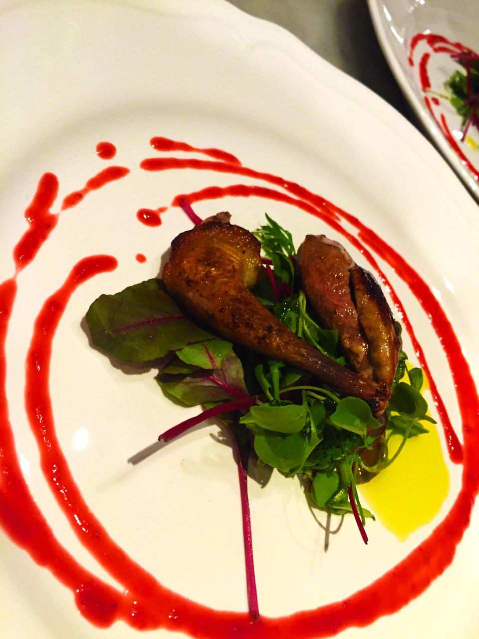 Petto e coscia di piccione, insalata tenera, riduzione di lamponi e zenzero