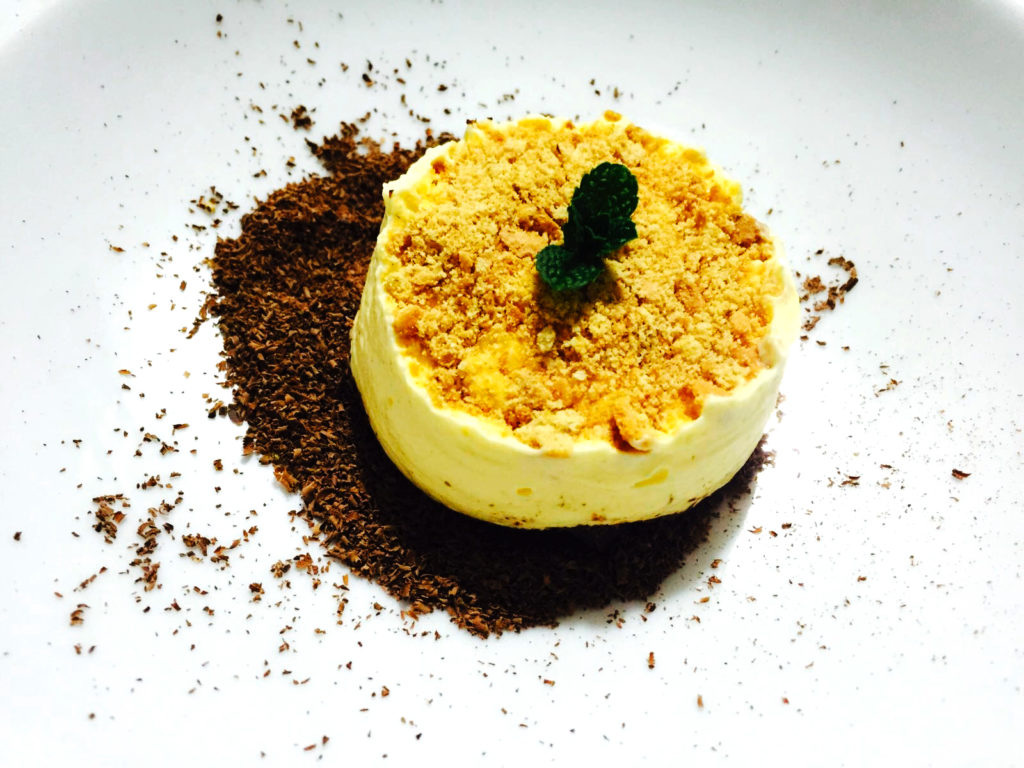 Terra di cioccolato, cremoso al parmigiano e miele, biscotto integrale